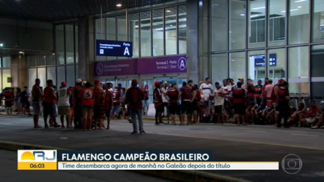 Torcida do Flamengo aguarda chegada dos jogadores no Galeão