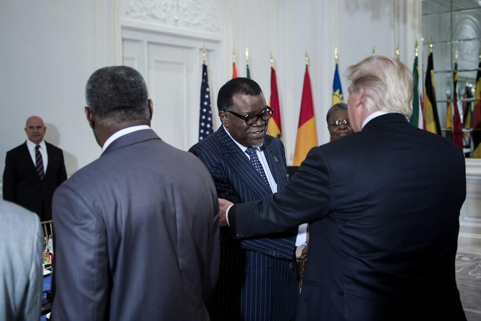 Presidente dos EUA, Donald Trump, cumprimenta presidente da Namíbia, Hage Geingob, durante encontro de líderes africanos (Foto: Brendan Smialowski/AFP)
