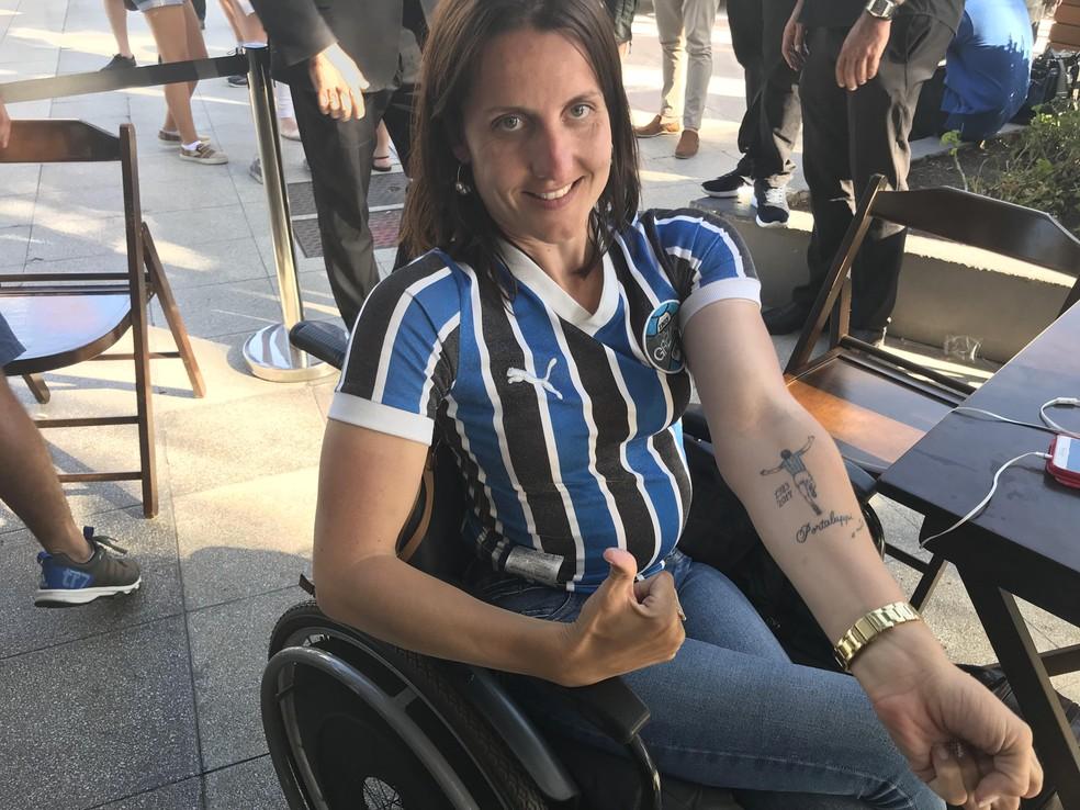 Torcedora tem tatuagem de Renato e os dois Mundiais que espera conquistar (Foto: Tomás Hammes)