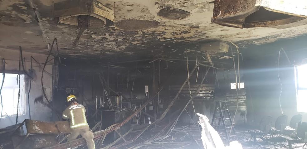 Bombeiros trabalham para apagar incêndio no prédio do INSS em Porto Velho — Foto: Corpo de Bombeiros/Divulgação