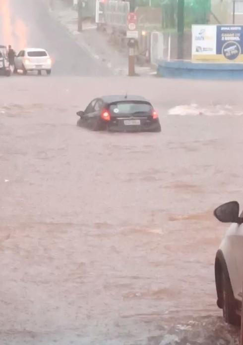 Chuva forte causa transtornos e alagamentos em Rio Preto