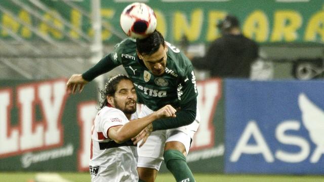 Gustavo Gómez e Benitez disputam jogada em Palmeiras x São Paulo