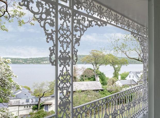 Os detalhes das grades que cercam a casa deixam a decoração ainda mais clássica (Foto: Ellis Sotheby's International Realty/ Reprodução)