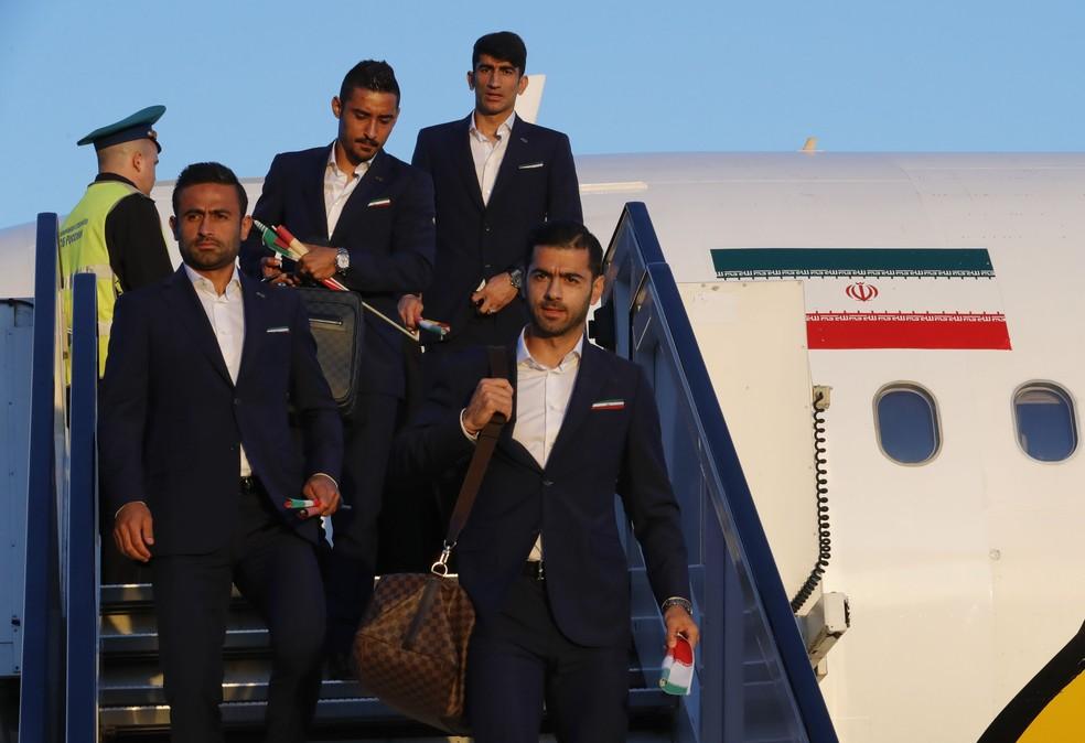 Jogadores iranianos no momento do desembarque (Foto: Tatyana Makeyeva/Reuters)