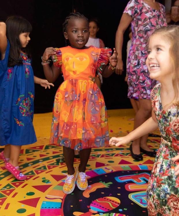 Títi se diverte em pista de dança (Foto: Felipe Panfili/Divulgação)