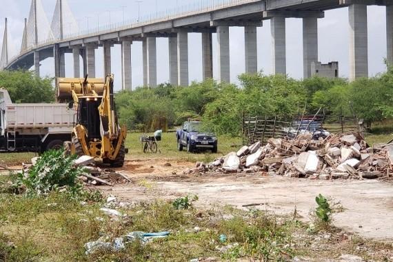 Construção irregular em área próxima à Ponte Newton Navarro é demolida em Natal