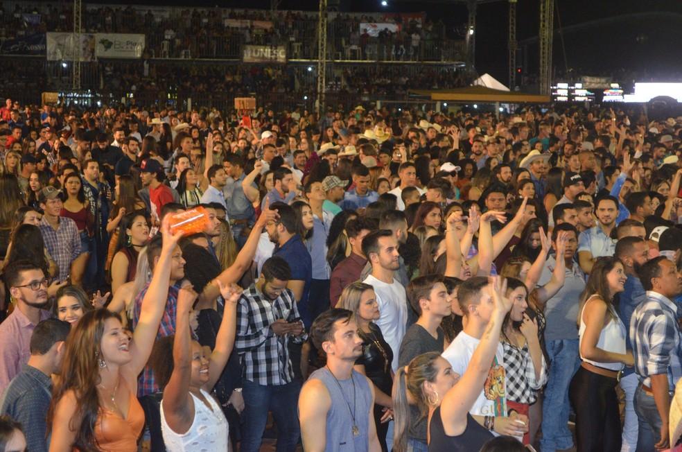 Ao menos 12 mil pessoas acompanham quarta noite de show na 20ª Expoac.  (Foto: Magda Oliveira/G1)