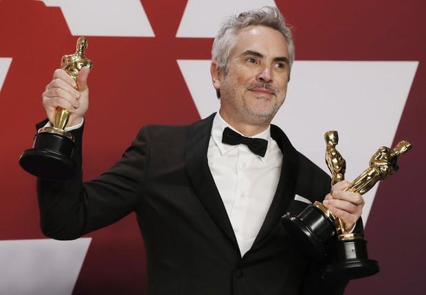 O mexicano Alfonso Cuarón, diretor de Roma, com as três estatuetas que o filme levou no Oscar 2019 (Foto: Mike Segar/REUTERS)