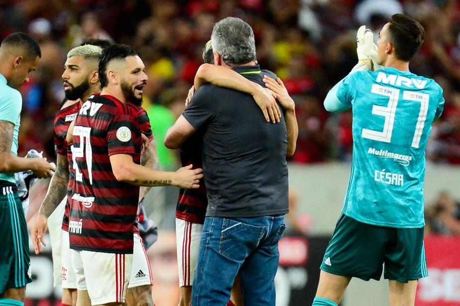 Abraçado pelos jogadores, Abel vê vitória com alma do Flamengo e se emociona: