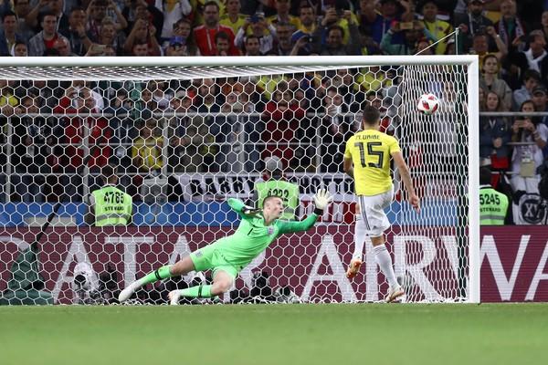 O jogador colombiano Mateus Uribe perdendo seu pênalti na partida entre Colômbia e Inglaterra na Copa do Mundo (Foto: Getty Images)