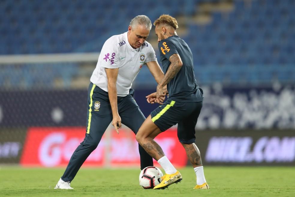 Tite orienta Neymar em treino da seleção brasileira — Foto:  Lucas Figueiredo/CBF