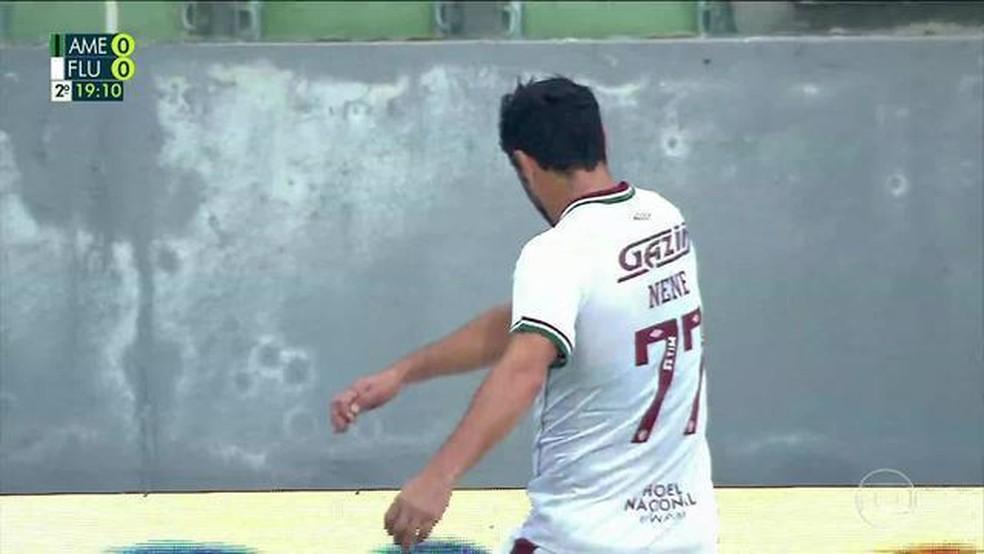 Nenê chuta placa de publicidade após ser substituído em América-MG x Fluminense — Foto: Reprodução