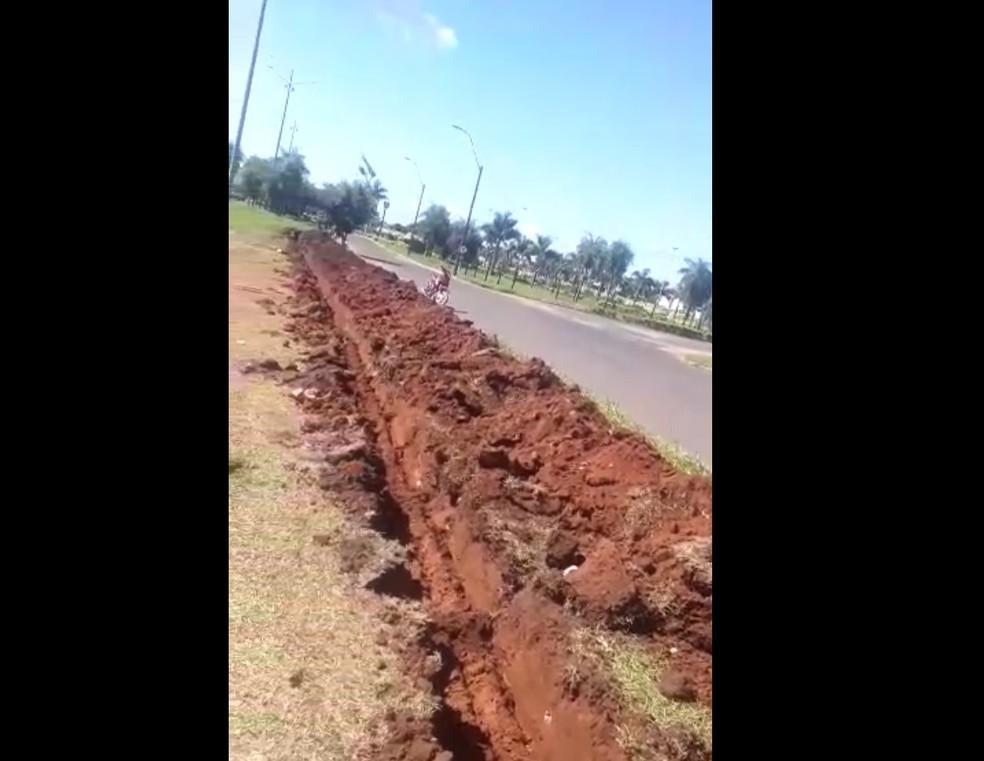 Valetas sendo abertas em linha internacional entre Ponta Porã (MS) e Pedro Juan Cabellero, no Paraguai — Foto: Redes Sociais