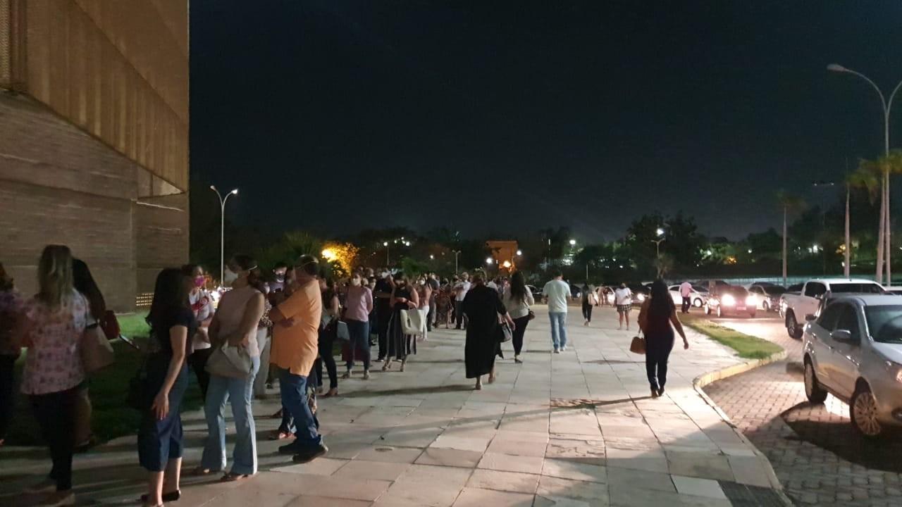 'Uma esperança para a gente trabalhar com segurança', diz última vacinada no início da campanha no Centro de Eventos, em Fortaleza