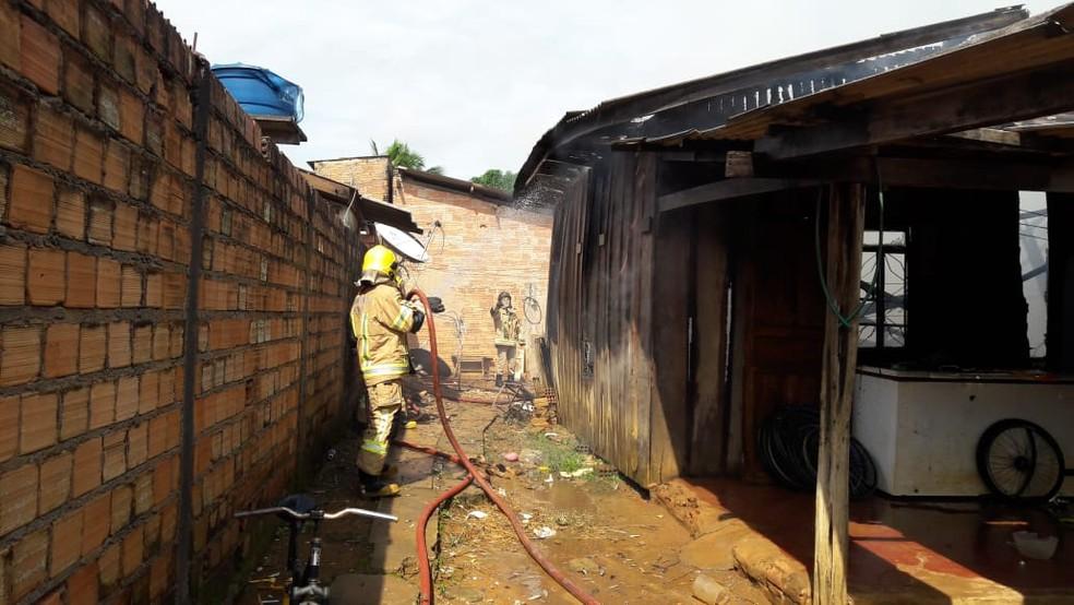 Mulher sai de casa e quando retorna a encontra em chamas em Ariquemes — Foto: Rinaldo Moreira/G1