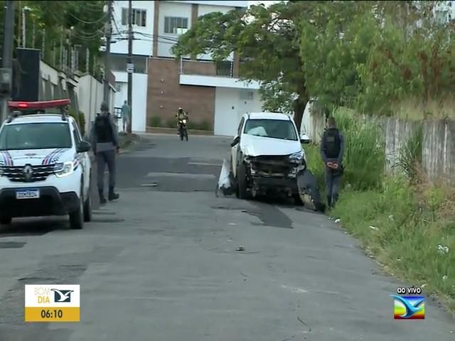 Motorista perde o controle e carro bate em poste em avenida em São Luís