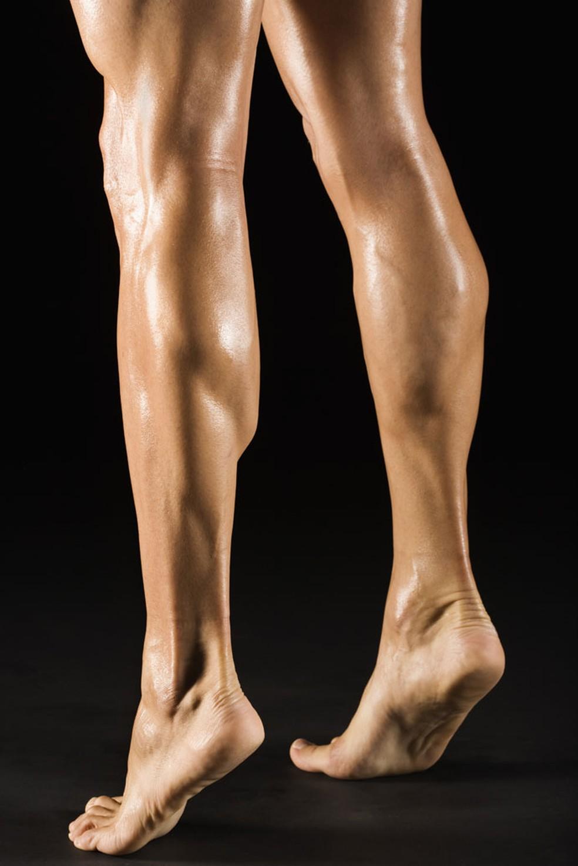 Exercícios de subir e descer na ponta dos pés trabalham a panturrilha — Foto: Getty Images