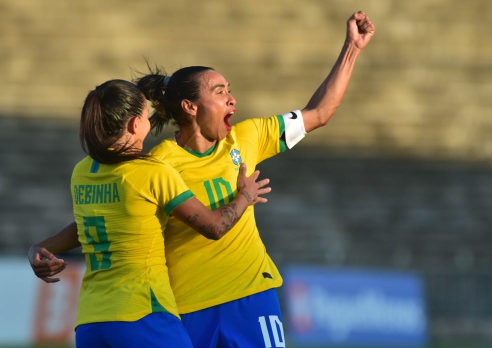 Marta e Debinha Brasil x Argentina amistoso João Pessoa — Foto: Josemar Gonçalves/AGIF