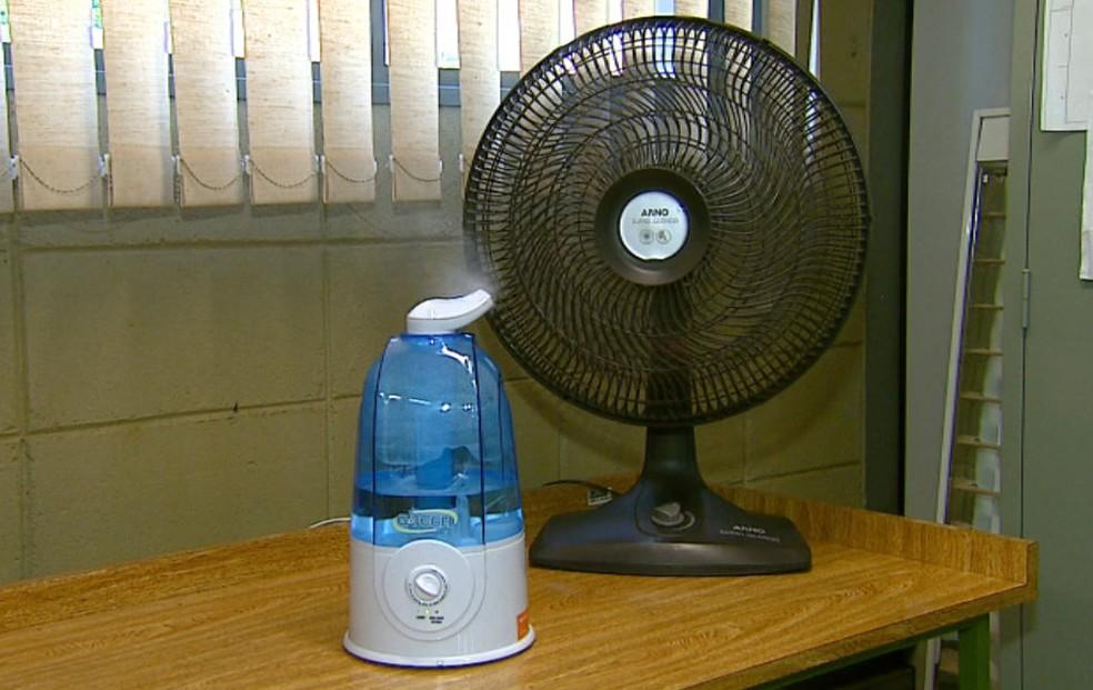 Combinar ventilador e vaporizador ajuda a minimizar o calor — Foto: Ely Venâncio/EPTV