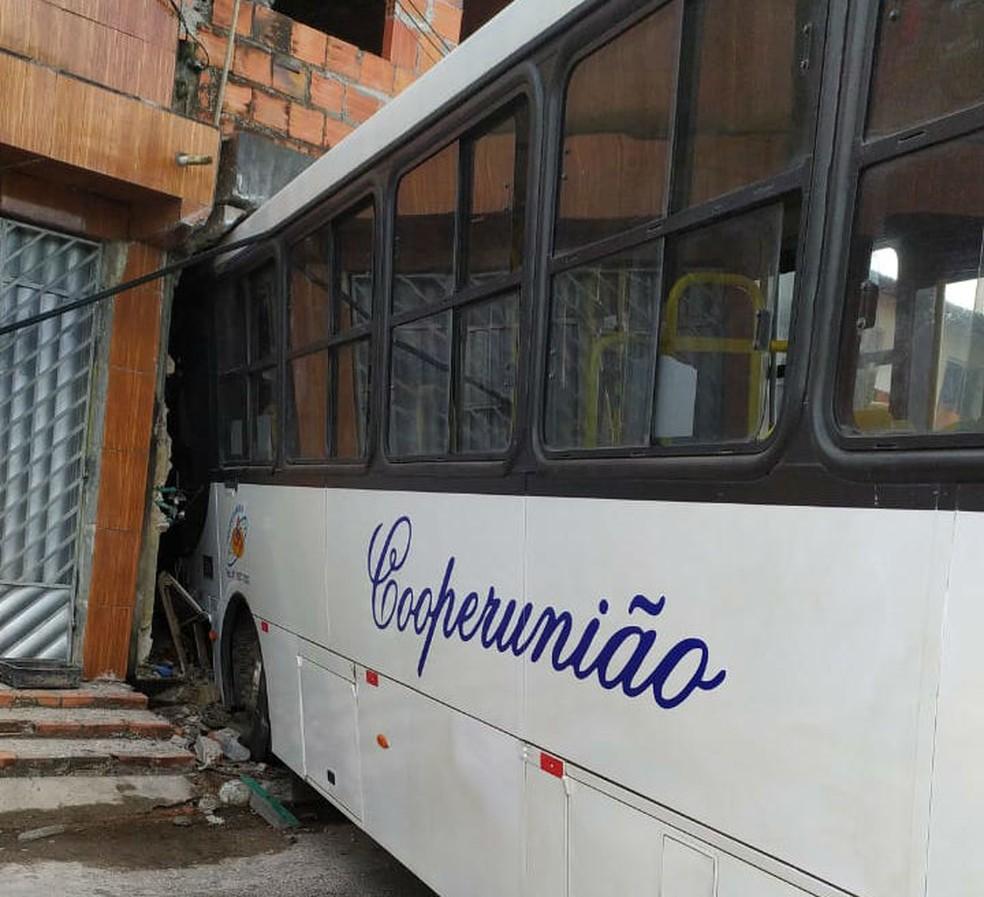 Não há registro de feridos no ônibus que invadiu casas, em Camaçari, na manhã desta terça-feira (19).  — Foto: Defesa Civil