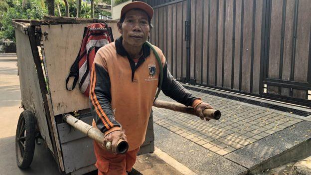 O carroceiro Salimun sustenta a família que mora longe com os bens descartados pela elite de Jacarta (Foto: via BBC News)