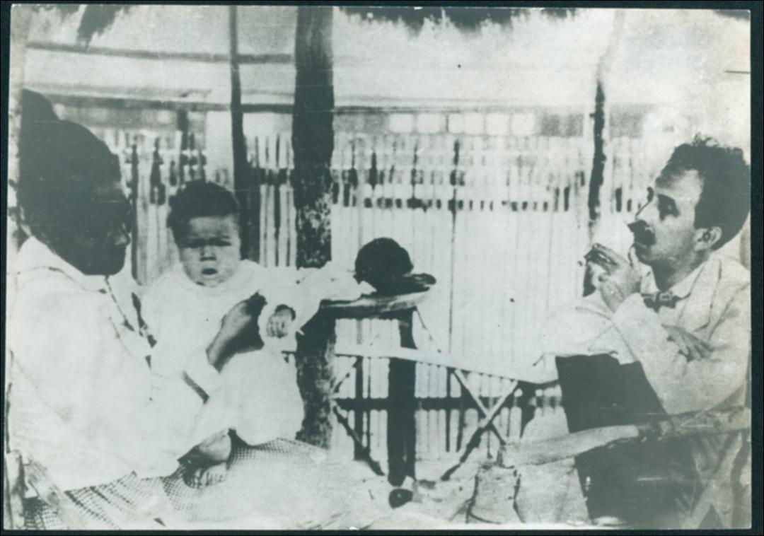 Carlos Chagas (á direita) durante atendimento médico (Foto: Reprodução)