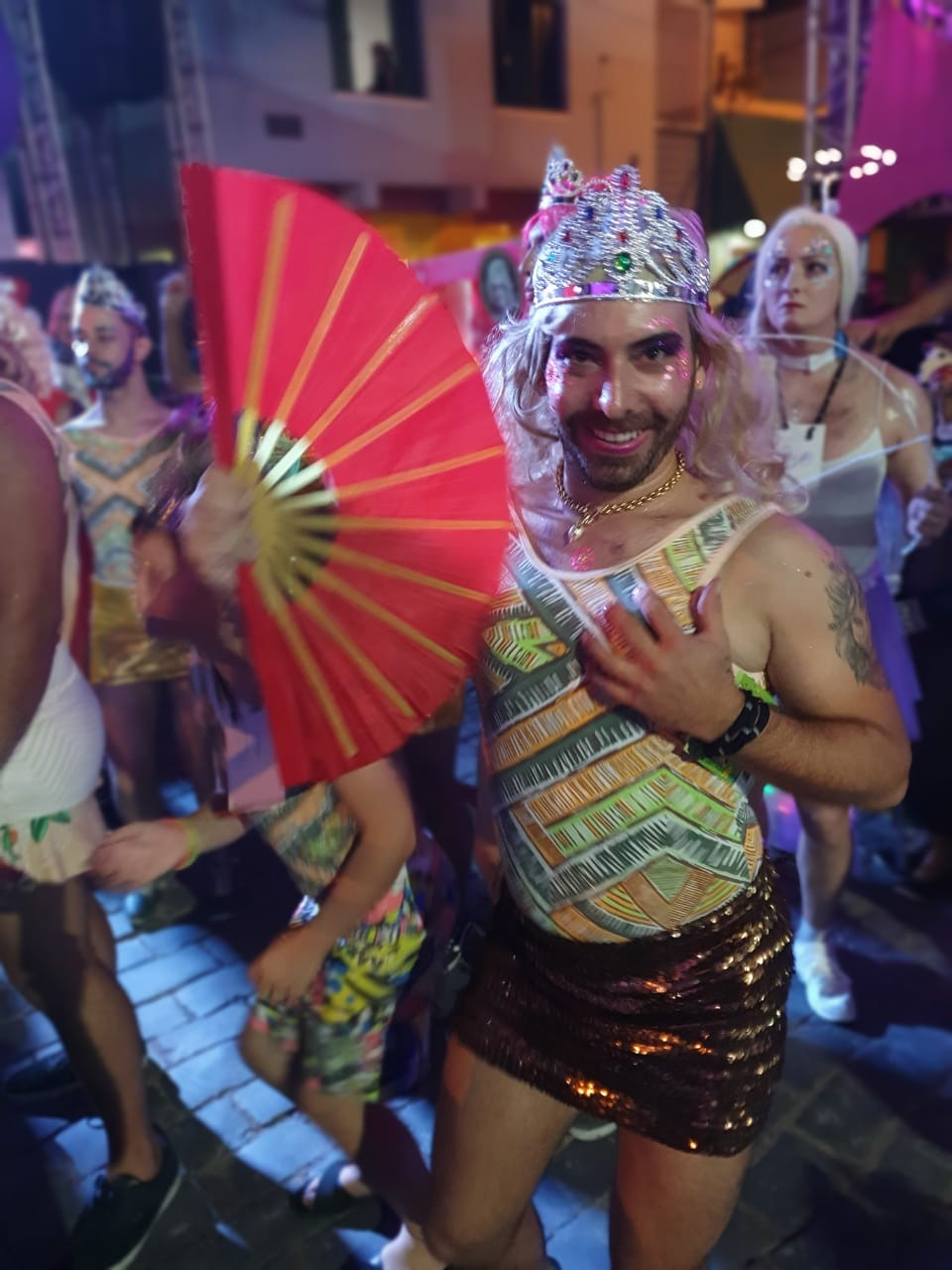 Carnaval de Antonina reúne foliões em tradicional desfile das 'Escandalosas'; FOTOS