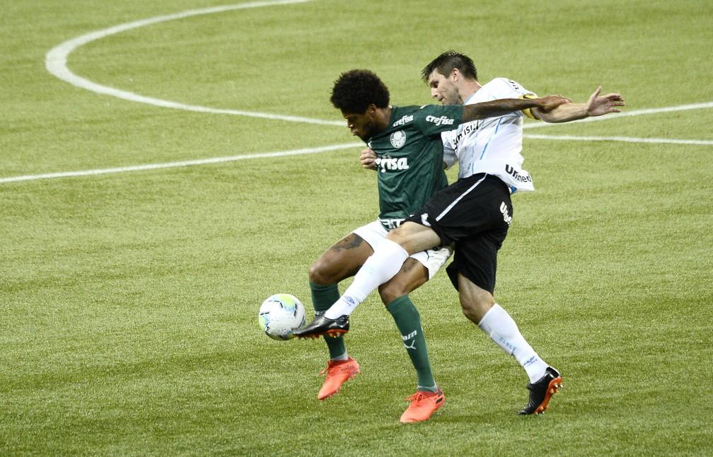 Kannemann e Luiz Adriano em Palmeiras x Grêmio — Foto: Marcos Ribolli/ge