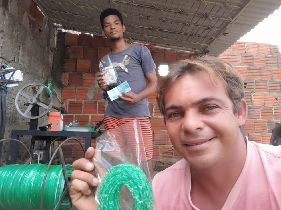 Giorggio divide produção de varais com um amigo, no Sertão da PB — Foto: Giorggio Abrantes/Arquivo pessoal