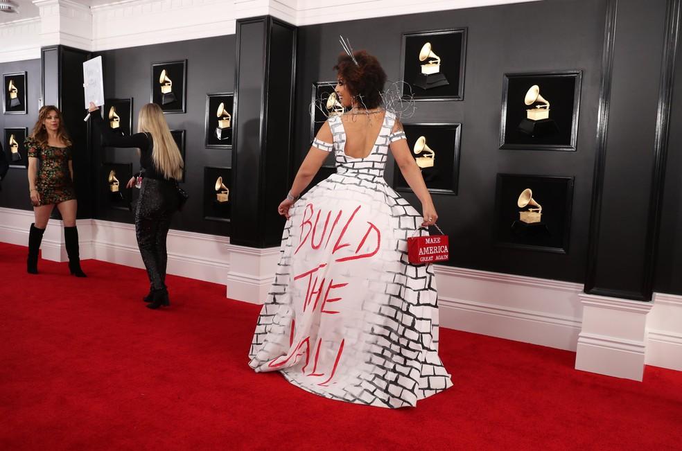 """Joy Villa mostra vestido com a mensagem """"Build the wall"""" (construa o muro), em apoio ao projeto de Trump — Foto: Lucy Nicholson / Reuters"""