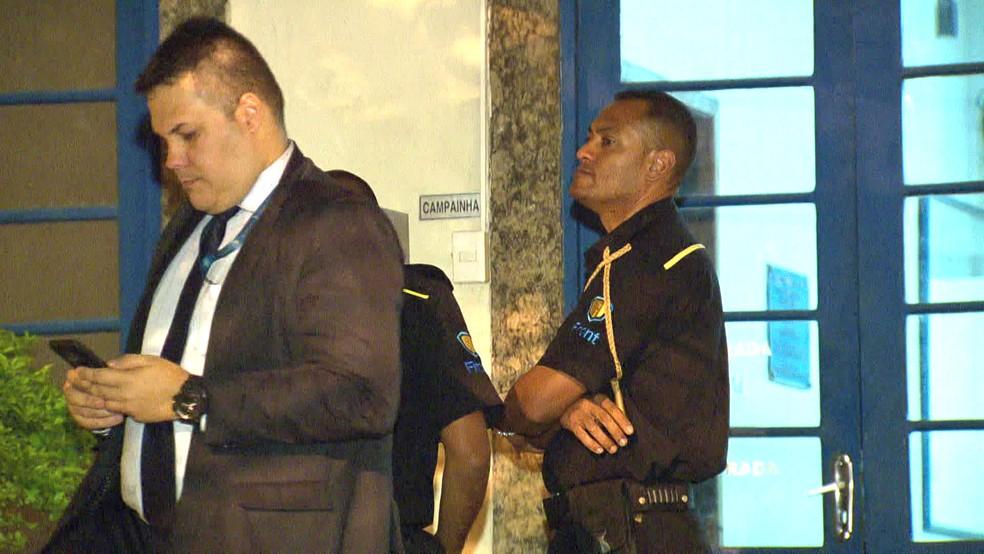 O segurança na porta da 10ª DP (Botafogo) — Foto: Reprodução/TV Globo