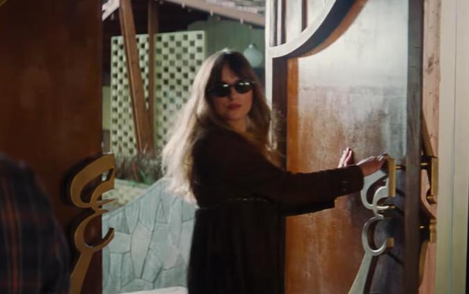 A atriz Dakota Johnson em cena de Bad Times at The El Royale (Foto: Reprodução)