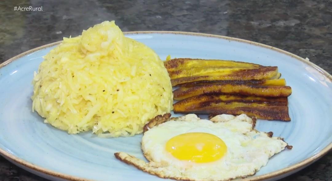 Chefe de cozinha ensina a fazer um delicioso cuscuz de mandioca com banana da terra