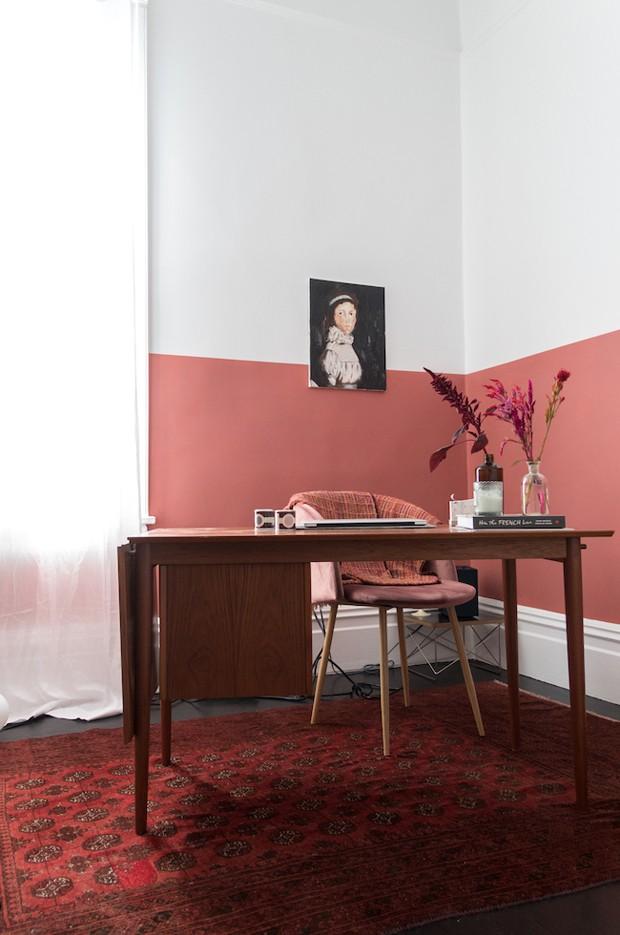Décor do dia: home office aconchegante com parede bicolor terracota