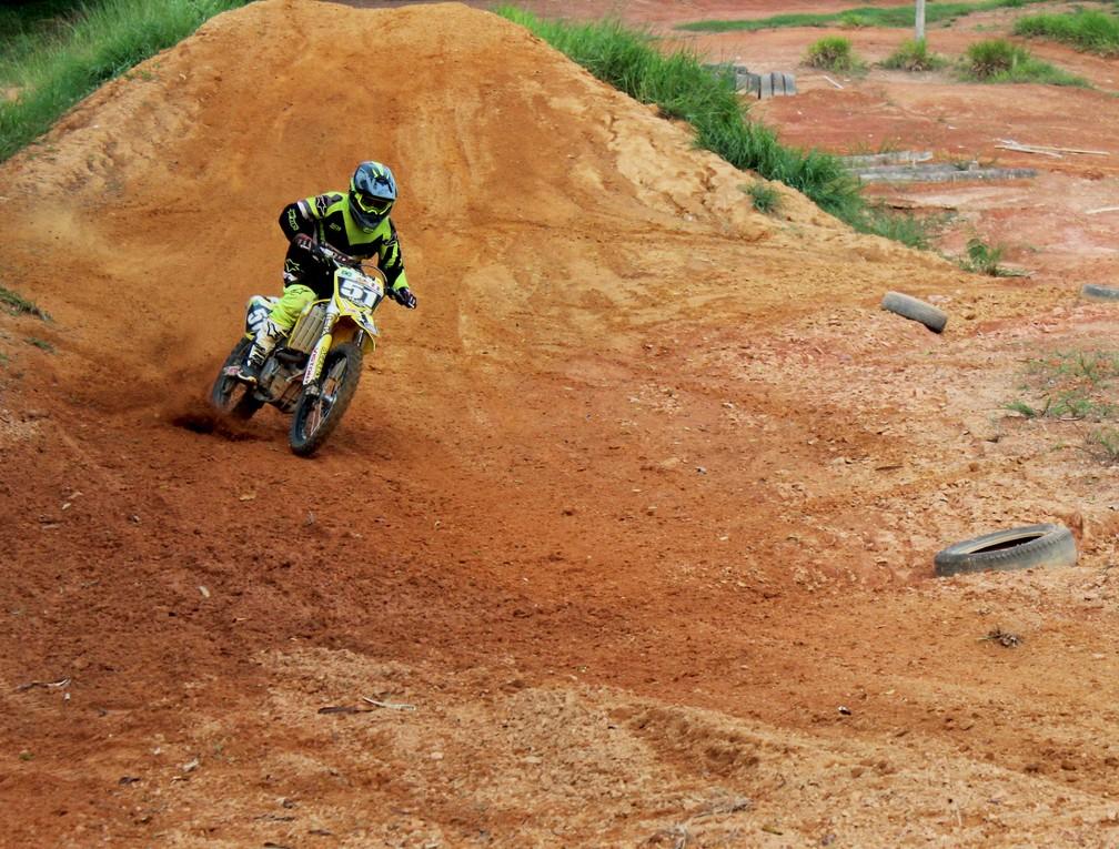 Hugo Amaral pratica motocross desde os sete anos de idade — Foto: Thaís Nauara