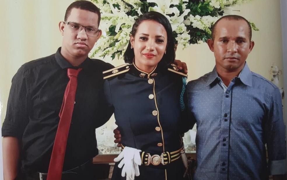 Andreia Guimarães Tavares junto com o filho e o marido em Goiânia durante evento da Polícia Militar — Foto: Andreia Guimarães Tavares/Arquivo pessoal