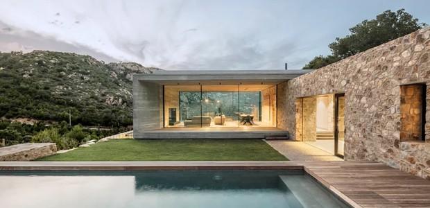 Da piscina, os proprietários têm vista para o cenário natural do morro (Foto: Nordest Arquitectura/ Reprodução)