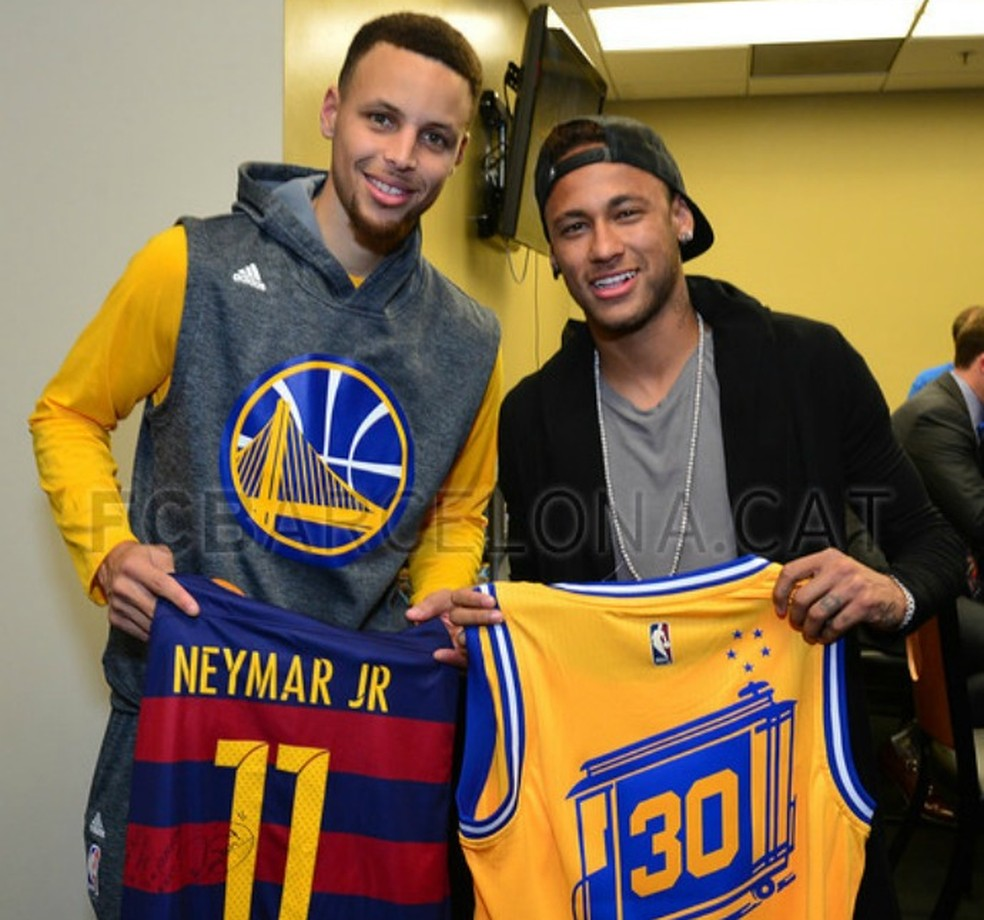 Neymar Que Se Cuide: Usando O Pé, Stephen Curry Faz Cesta