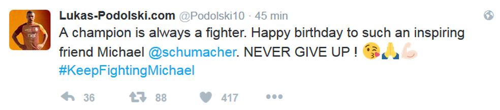 Podolski deseja feliz aniversário para Schumi (Foto: Reprodução)