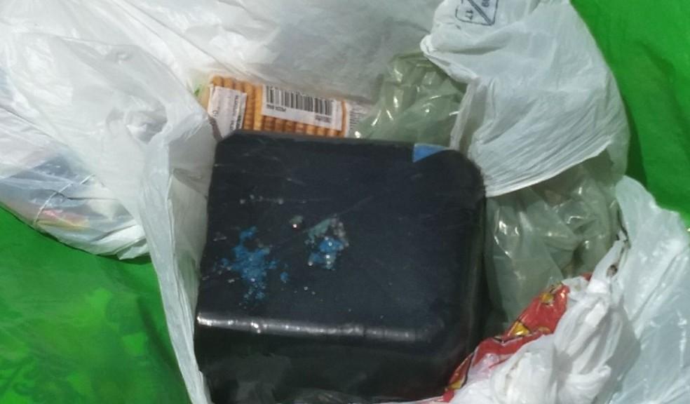 Crack foi encontrado em saco que estava pendurado em cadeira de ônibus, na Zona da Mata de Pernambuco (Foto: PF/Divulgação)