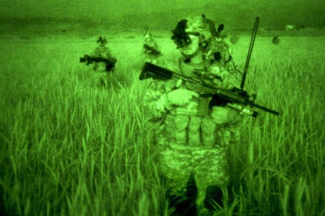 Visão noturna de soldados americanos no Afeganistão em 2010 (Foto: U.S. Army Sgt. Jeffrey Alexander)