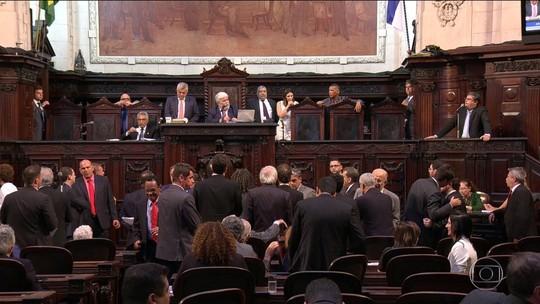 Presidente da Alerj e mais 2 do PMDB deixam a cadeia após deputados revogarem prisão