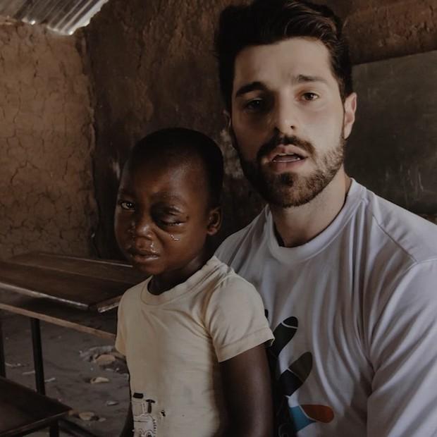ALok visita órfãos em Moçambique (Foto: Reprodução/Instagram)