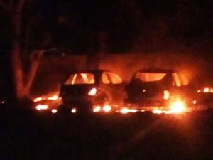 Em Macaíba, dois carros particulares foram incendiados próximo ao Campo das Mangueiras (Foto: PM/Divulgação)