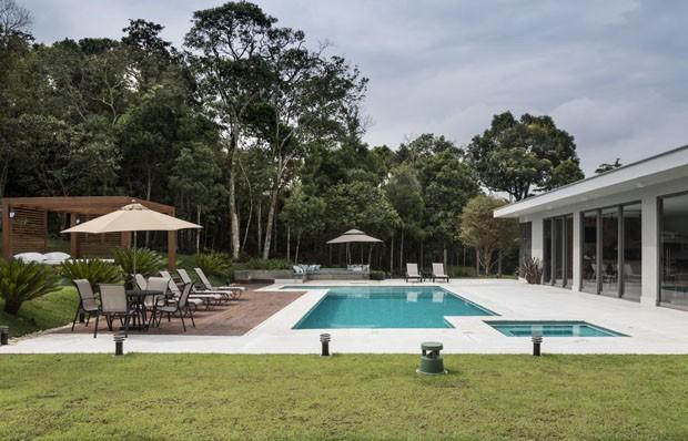 Churrasqueira, piscina, salão de jogos, lareira: uma casa para relaxar (Foto: Evelyn Muller)