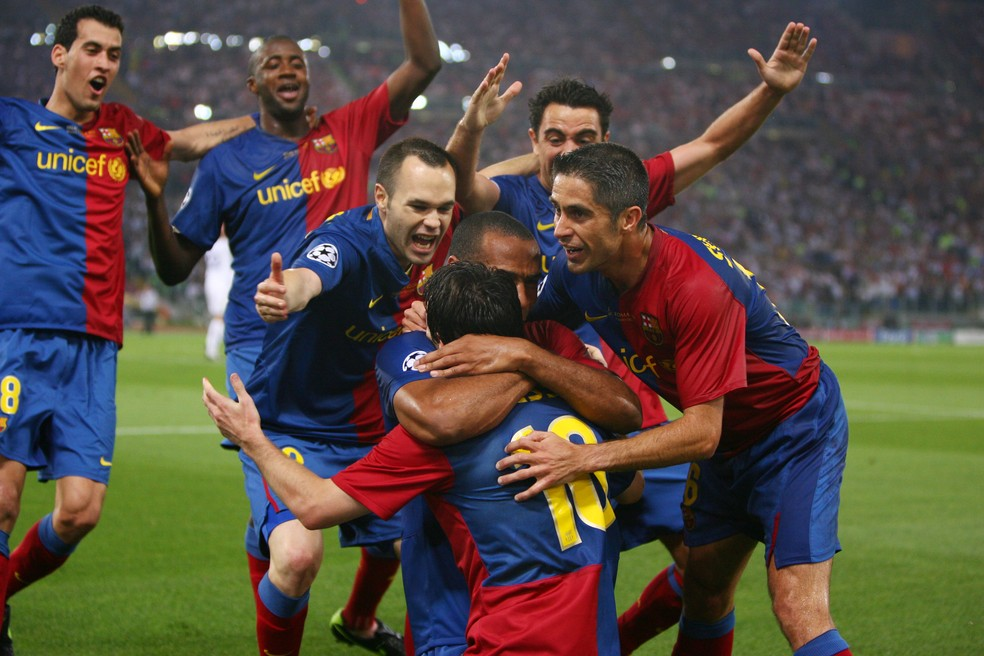 Sylvinho, Messi, Henry e Iniesta no abraço do Barcelona na final da Champions de 2009 — Foto: Getty Images