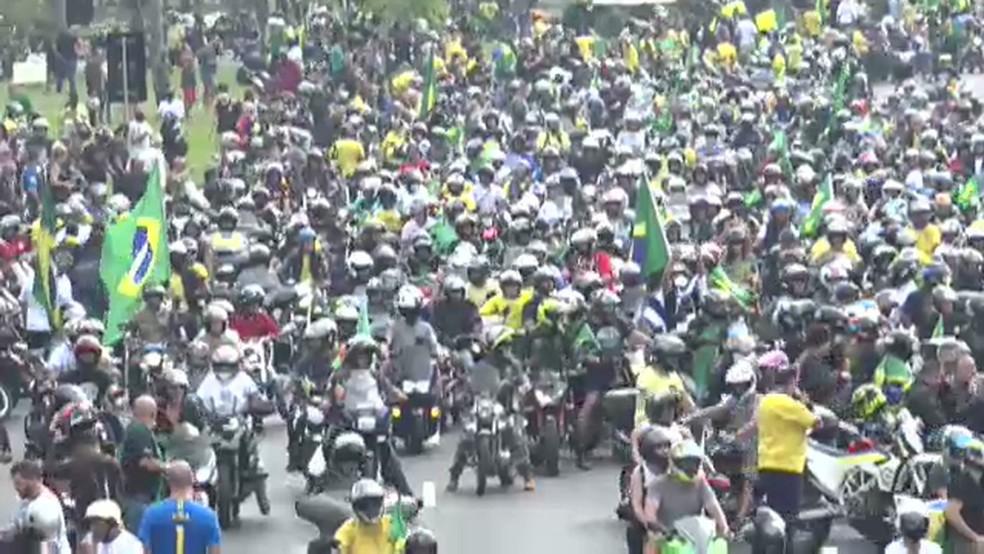 Manifestantes se aglomeram em ato no Rio — Foto: Reprodução/TV Globo