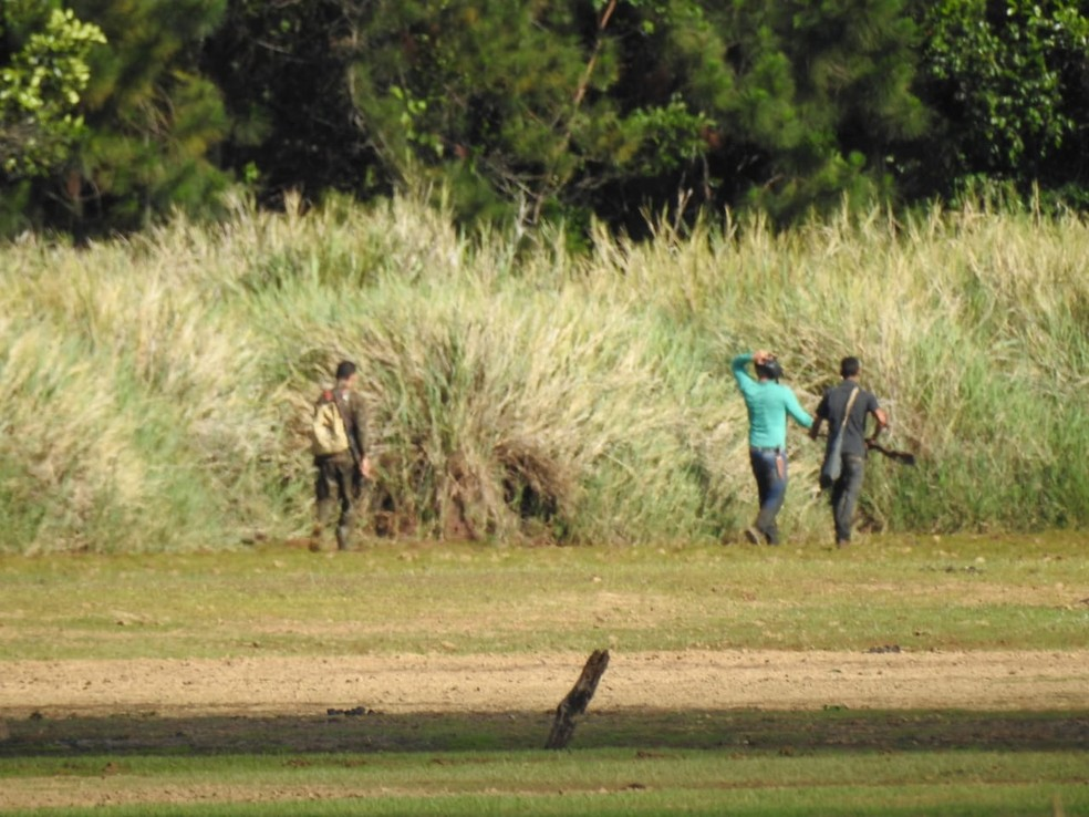 Fotógrafo conseguir flagar homens praticando caça ilegal em Grão Mogol — Foto: Manoel Freitas/ Arquivo pessoal