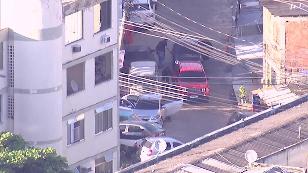 Homens fortemente armados em comunidade na Praça Seca (Foto: Reprodução / TV Globo)