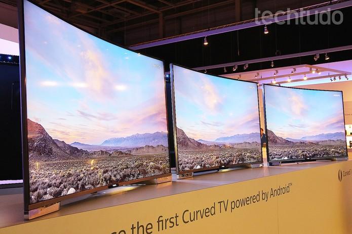 Tecnologia ambiligue emite luzes que mudam de cor conforme imagem da TV (Foto: Fabrício Vitorino/TechTudo)